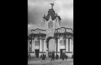Red Gates shortly before the demolition, 1926-1927. Photo: PastVu