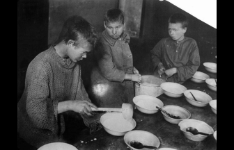 Homeless children in the children's shelter on Smolenskiy Boulevard. 1926. Photo: humus.livejournal.com