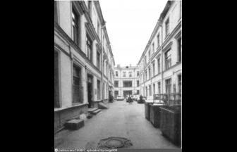 Пантелеевское подворье, проезд Сапунова. 1988 г. Справа дом № 9 по Ветошному переулку. Фото: PastVu