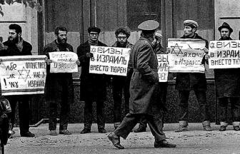 Demonstration in front of the Ministry of Foreign Affairs, January 10, 1973. Photo: Memorial Society Photo Archive