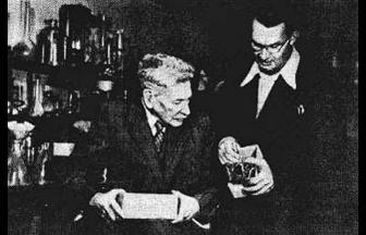 Академик Б. Б. Полынов (слева) за работой в Институте почвоведения. 1952 г. Фото: Коммерсантъ
