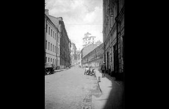 Krivoy Lane, view from house No. 7. Arrest house, presumably, — white three-story building on the right. Photo: PastVu