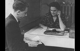 Н. В. Бржостовская принимает экзамен. 1950-е гг. Фото: mosarchiv.mos.ru