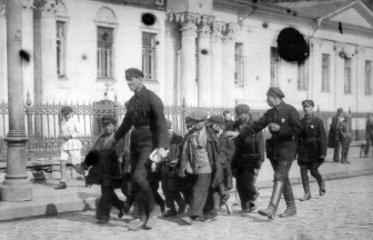 Беспризорные дети в сопровождении сотрудников милиции направляются в детский дом. Москва, 1920-е. Фото: foto-history.livejournal.com