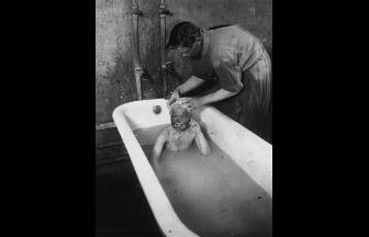 Покровский приемник. Купание беспризорного мальчика. 1925 г.