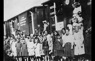 Дети у вагона-«теплушки». 1918 г. Фото: family.booknik.ru
