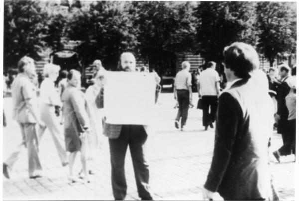 Vadim Konovalihin, a former political prisoner from Kaliningrad, picketing on Red Square. Photo: Memorial Society Photo Archive
