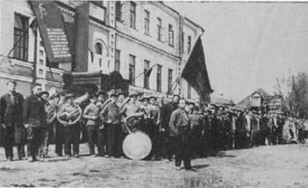 Khotkovo in the 1930s (presumably). Pervomaiskaya demonstration. Photo: hotkovo.net.ru