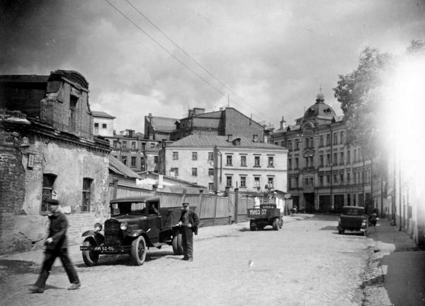 Krivoy Lane in 1940–1941. City Arrest House was, presumably, located in the three- and four-storey buildings on the left. Photo: PastVu