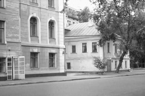The building that housed the orphanage for boys is on the right side. Source: PastVu.