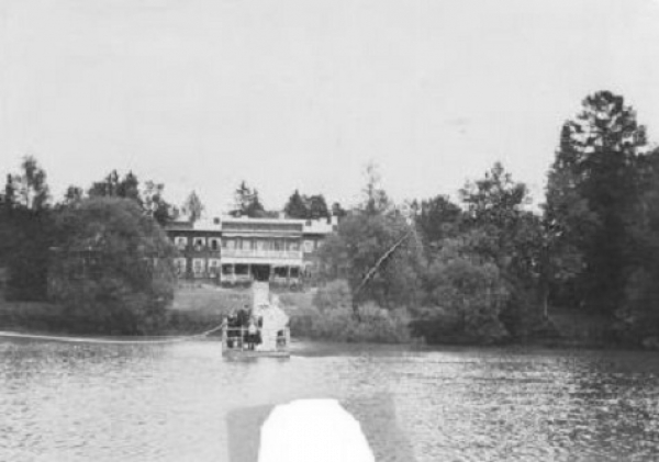 The country estate of Vasilchikova at the beginning of the 20th century.  Source: Nina Simonenko's weblog.