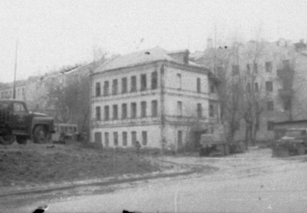 Other view of the house on the corner of Protochnyi and Bolshoi Novo-Peskovskii lanes. The camp was set up in a similar building.