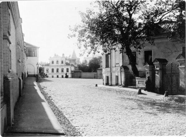 2nd Zachatyevskiy Lane, view to the Zachatyevskiy monastery. 1913-1914. Photograph: PastVu