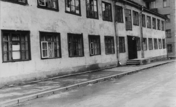 The factory apprenticeship school of Zavodstroy was presumably located in this house and its courtyard.  The house was demolished in the 1980's. Photo: PastVu