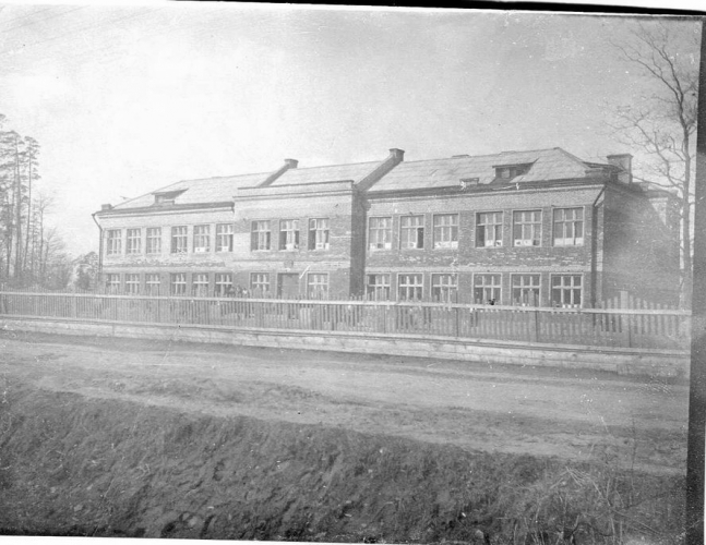 An example of educational institution of the 1930's in Novogireyevo (school number 1). Photograph: PastVu