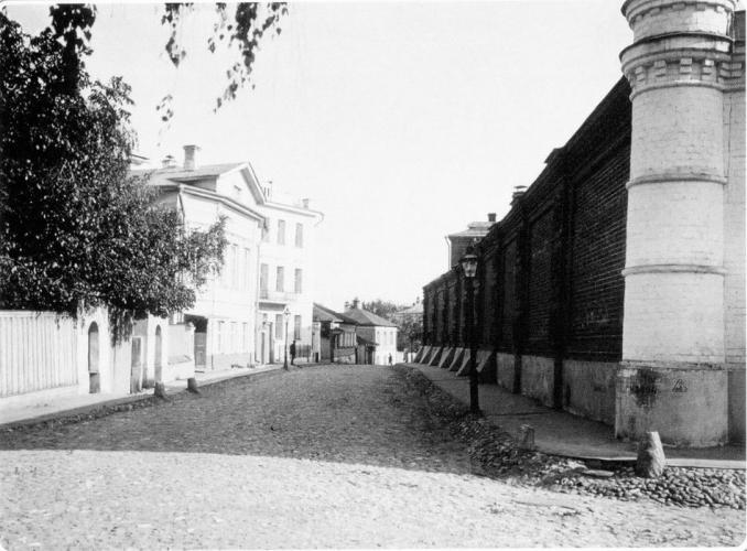 2nd Zachatyevskiy lane. On the right - wall of the Zachatyevskiy monastery. 1913-1914. Photograph: PastVu