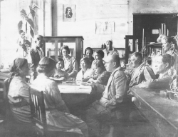 Групповой портрет в лаборатории. 1920-е гг. Фото: МАММ / МДФ, russiainphoto.ru