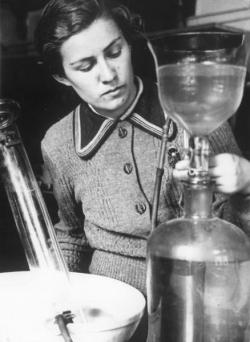 МГУ. В лаборатории. 1937 г. Фото: И. Шагин, МАММ / МДФ, russiainphoto.ru